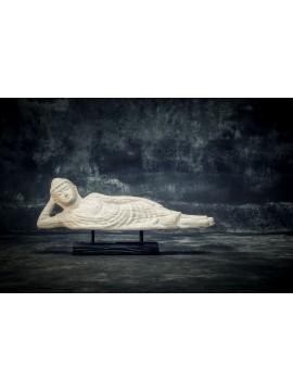 Buda durmiente en soporte de madera